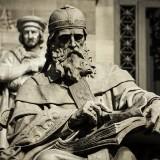 Estatua_de_San_Isidoro_de_Sevilla_en_la_Biblioteca_Nacional_resize