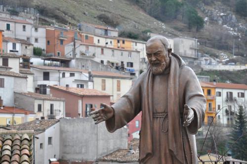 Padre_Pio_-_Miranda_IS_-_panoramio_resize.jpg