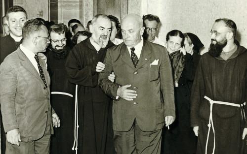 Sanguinetti_con_Padre_Pio.jpg