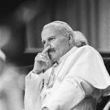 Paus_luistert_aandachtig_naar_maatschappelijke_organisatie_in_de_Jaarbeurs_in_Ut_Bestanddeelnr_933-3260