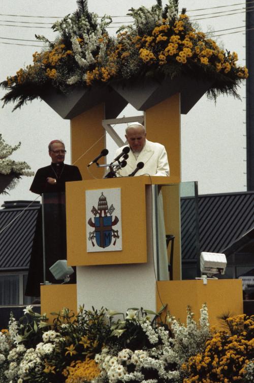 Pausbezoek_aan_Nederland_Paus_Johannes_Paulus_II_na_aankomst_op_vliegveld_Welsc_Bestanddeelnr_253-8905.jpg