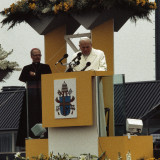 Pausbezoek_aan_Nederland_Paus_Johannes_Paulus_II_na_aankomst_op_vliegveld_Welsc_Bestanddeelnr_253-8905