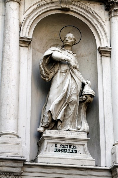 """Katakombe Gallery - Free Pictures of Catholic Saints and Blesseds - Statue of Saint Peter Orseolo in San Rocco (Venice) Italy  © José Luiz Bernardes Ribeiro <a href=""""https://commons.wikimedia.org/wiki/File:Saint_Peter_Orseolo_-_Facade_of_San_Rocco_-_Venice_2016.jpg""""  target=""""_blank"""">by Wikipedia</a>"""