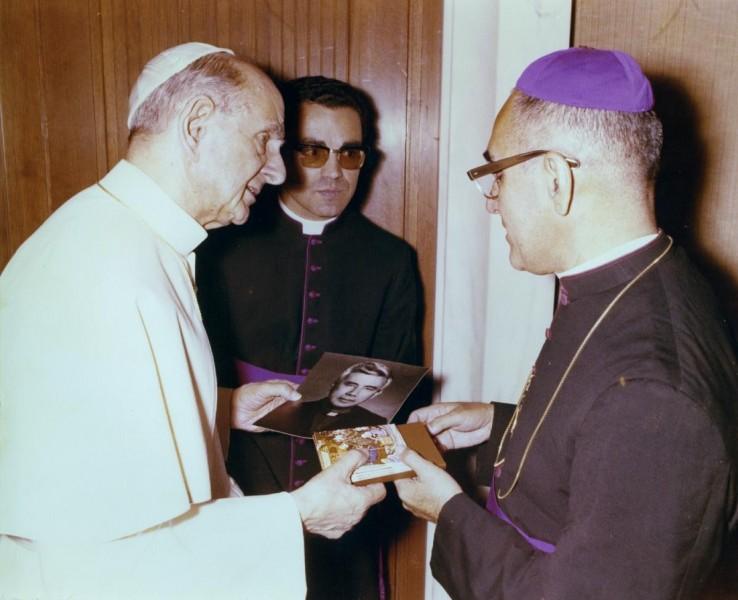 Oscar_Arnulfo_Romero_meets_Pope_Paul_VI.jpg