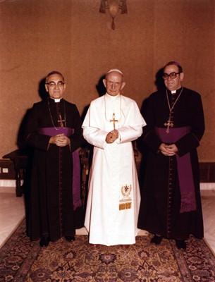 Oscar_Arnulfo_Romero_with_Pope_Paul_VI.jpg
